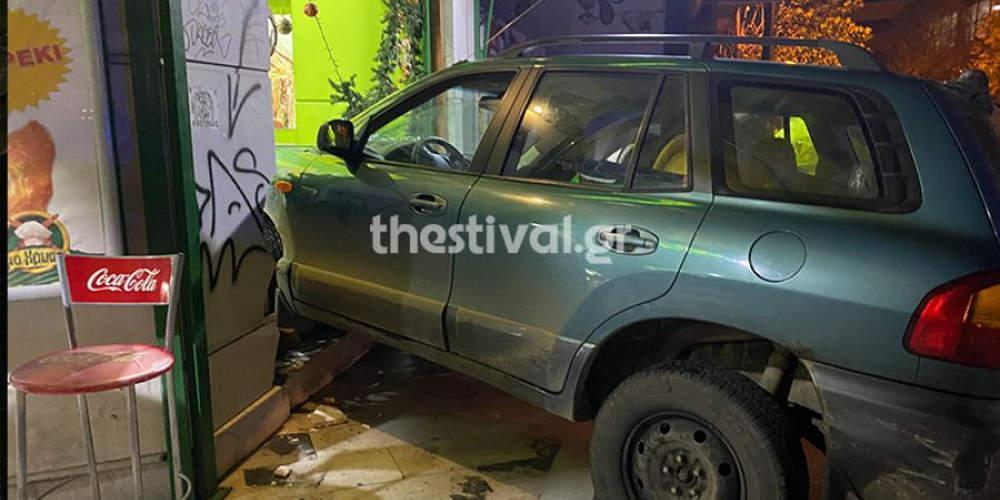 Τζιπ «καρφώθηκε» σε κατάστημα εστίασης στη Θεσσαλονίκη μετά από αστυνομική καταδίωξη