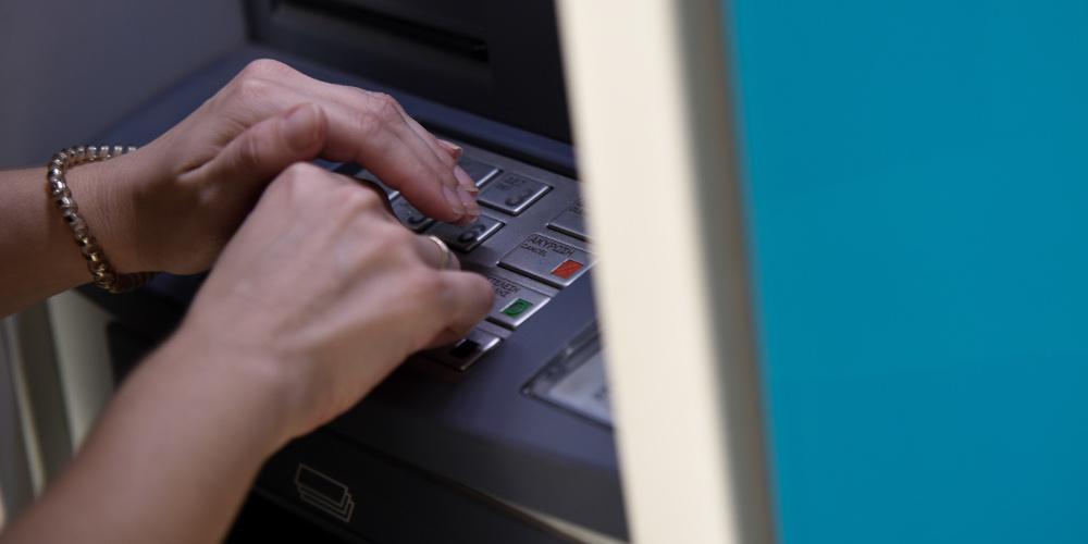 Επίδομα 534 ευρώ: Σήμερα η καταβολή του - Πότε να ελέγξετε τους τραπεζικούς σας λογαριασμούς