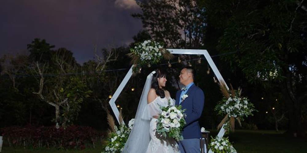 Απίστευτο: Ζευγάρι παντρεύτηκε στο φόντο ηφαιστειακής έκρηξης στις Φιλιππίνες