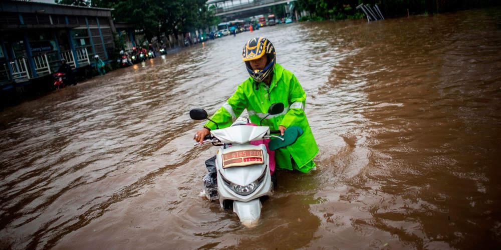 Τουλάχιστον 9 νεκροί στην Ινδονησία από πλημμύρες – Στα 3 μέτρα έφτασε το νερό
