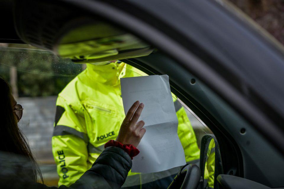 Νέες συλλήψεις για λειτουργία καταστημάτων και πρόστιμα για άσκοπες μετακινήσεις από την ΕΛΑΣ