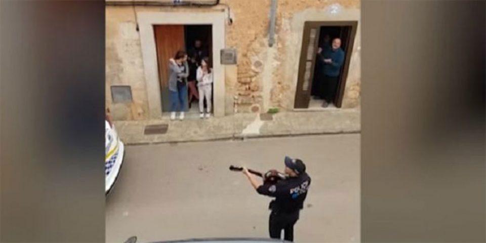 Κορωνοϊός - Μαγιόρκα: Αστυνομικοί βγήκαν στους δρόμους και τραγούδησαν στους «εγκλωβισμένους» πολίτες [βίντεο]