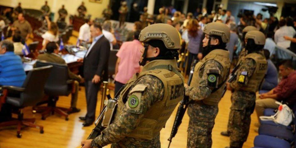 Απίστευτο: Ο στρατός εισέβαλε στο κοινοβούλιο του Ελ Σαλβαδόρ για να εγκριθεί… ένα δάνειο