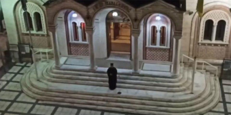 Κορωνοϊός: Ιερέας έψαλε «Τη Υπερμάχω» από το προαύλιο του ναού - Οι πιστοί συμμετείχαν από τα μπαλκόνια [βίντεο]