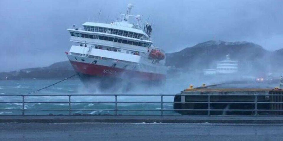 Σοκαριστικό βίντεο καταγράφει τη «μάχη» κρουαζιερόπλοιου με τα κύματα