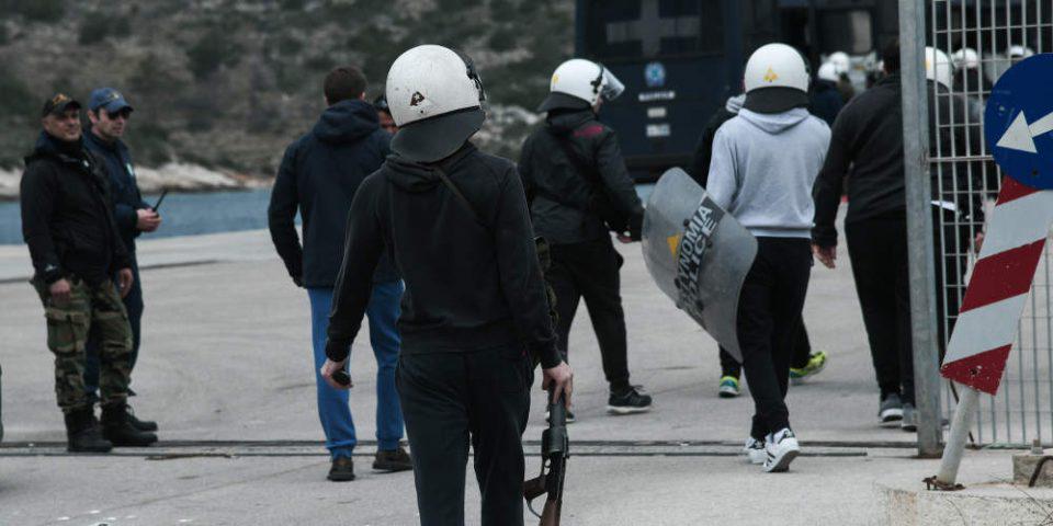 Σοβαρά επεισόδια στο λιμάνι των Μεστών στη Χίο κατά την αποχώρηση των ΜΑΤ