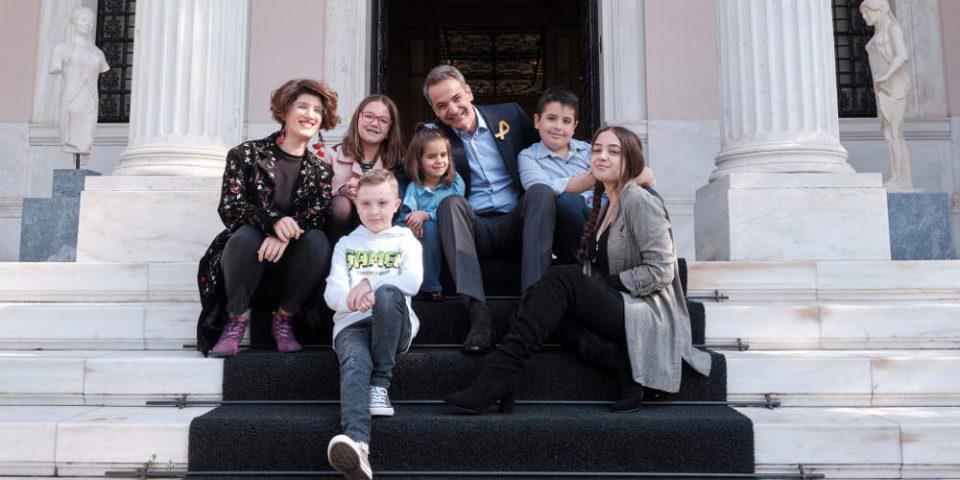 Συνάντηση Μητσοτάκη στο Μαξίμου με παιδιά-ήρωες που νίκησαν τον καρκίνο