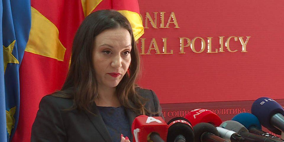 Η Βουλή απέπεμψε την Σκοπιανή υπουργό Εργασίας για την επίμαχη πινακίδα με το όνομα