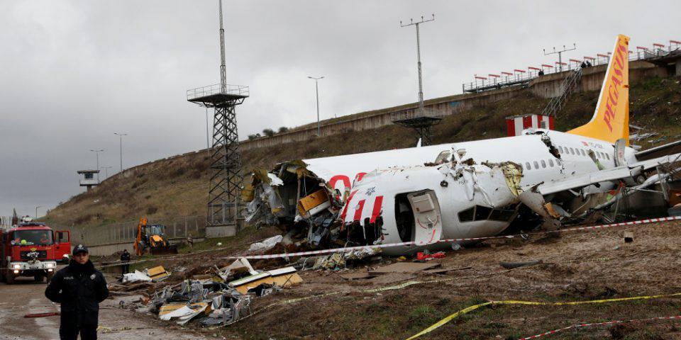 Συντριβή Boeing στην Κωνσταντινούπολη: Έρευνα για τις ευθύνες των πιλότων και σοκαριστικά βίντεο την ώρα του κακού