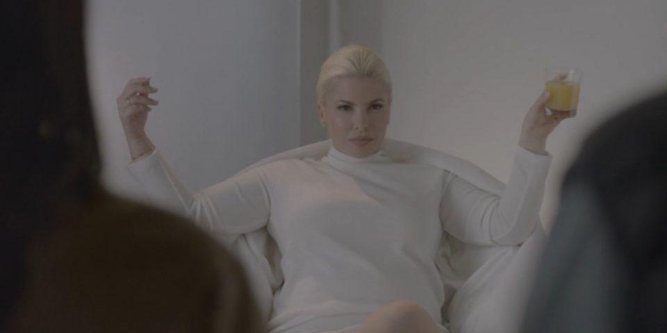 H Αντελίνα Βαρθακούρη ως Σάρον Στόουν από το «Βασικό Ένστικτο» στο trailer της της εκπομπής