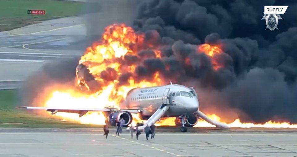 Βίντεο-σοκ από την τραγωδία με τους 41 νεκρούς μετά από φωτιά σε αεροπλάνο στην Μόσχα
