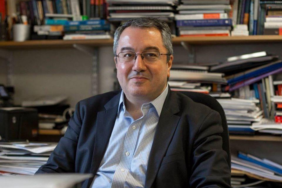 Κορωνοϊός - Μόσιαλος: Ο εμβολιασμός μειώνει το ιικό φορτίο – Δεν είναι ξεκάθαρο ότι εμποδίζει τη μετάδοση του