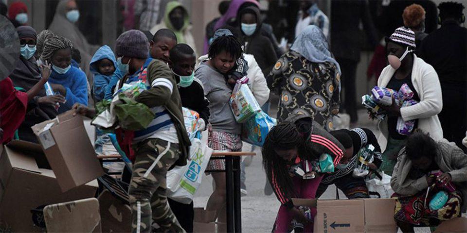 Κορωνοϊός - Κρανίδι: Απίστευτες εικόνες με μετανάστες να δίνουν «μάχη» για μία σακούλα τρόφιμα