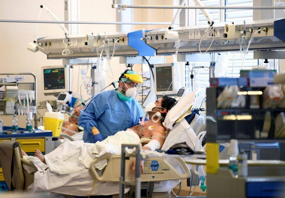 Κορωνοϊός: Πολλαπλασιάζονται τα μέτρα - Πάνω από 800.000 οι νεκροί από την πανδημία