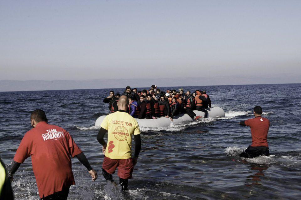 Μυτιλήνη: Βάρκα με πρόσφυγες και μετανάστες έφτασε σε παραλία του νησιού
