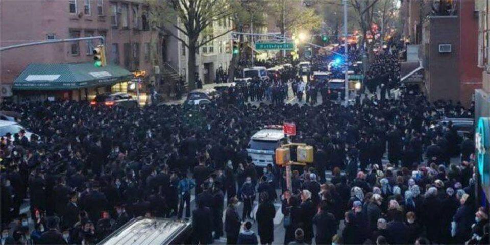 Κορωνοϊός - Χαμός στη Νέα Υόρκη: Πλήθος κόσμου στους δρόμους για την κηδεία ραβίνου