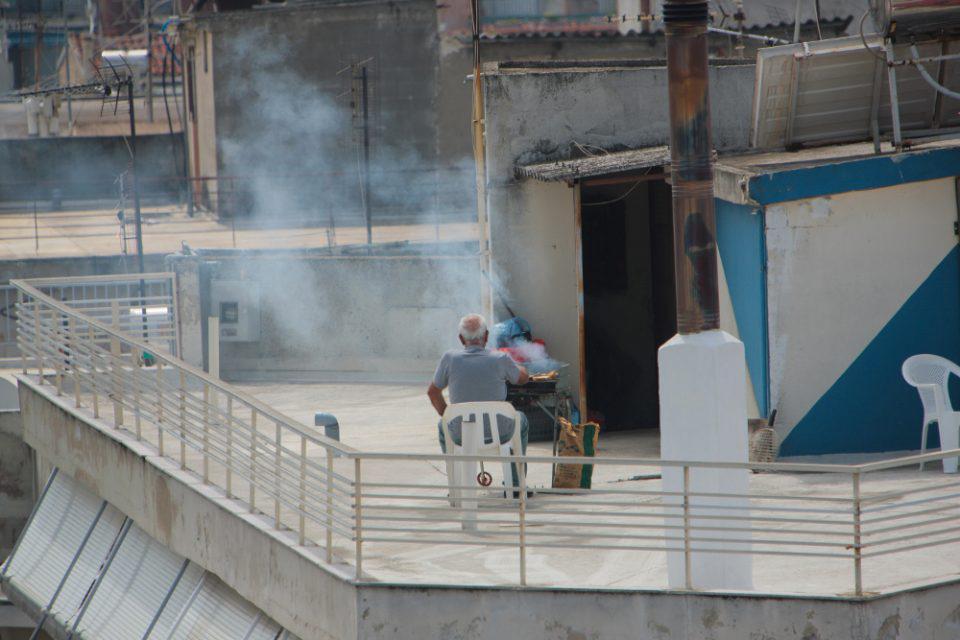 Κορωνοϊός - Πάσχα 2020: Έβαλαν ψησταριές σε μπαλκόνια και ταράτσες - Οι εικόνες που θα μείνουν