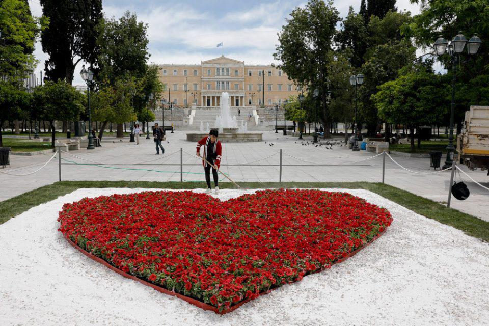 Το μήνυμα του Κώστα Μπακογιάννη για την Πρωτομαγιά μέσα από μια κόκκινη καρδιά από λουλούδια στο Σύνταγμα