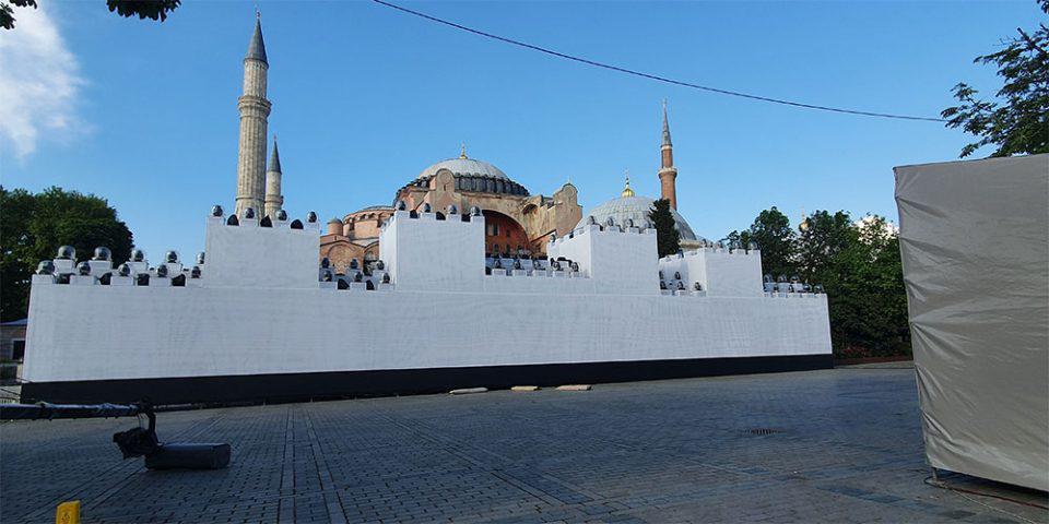 Τουρκία: Έστησαν τείχος μπροστά στην Αγία Σοφία για να κάνουν… φιέστα για την Άλωση