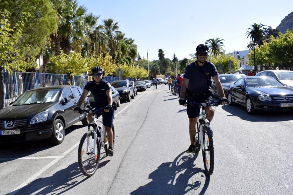 Αστυνομικοί με… βερμούδες και ποδήλατα θα περιπολούν στις παραλίες