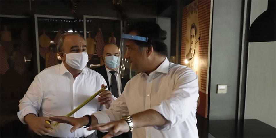 Με μεζούρες και μάσκες σε χώρους εστίασης στην Καλλιθέα ο Άδωνις Γεωργιάδης