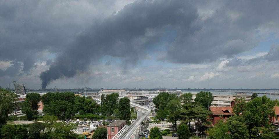 Φωτιά σε εργοστάσιο χημικών στη Βενετία - Δύο τραυματίες, ο ένας σοβαρά