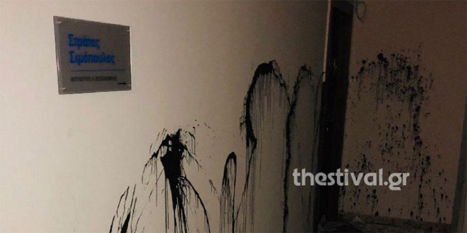 Επίθεση με μπογιές και τρικάκια στο γραφείο του βουλευτή Σιμόπουλου