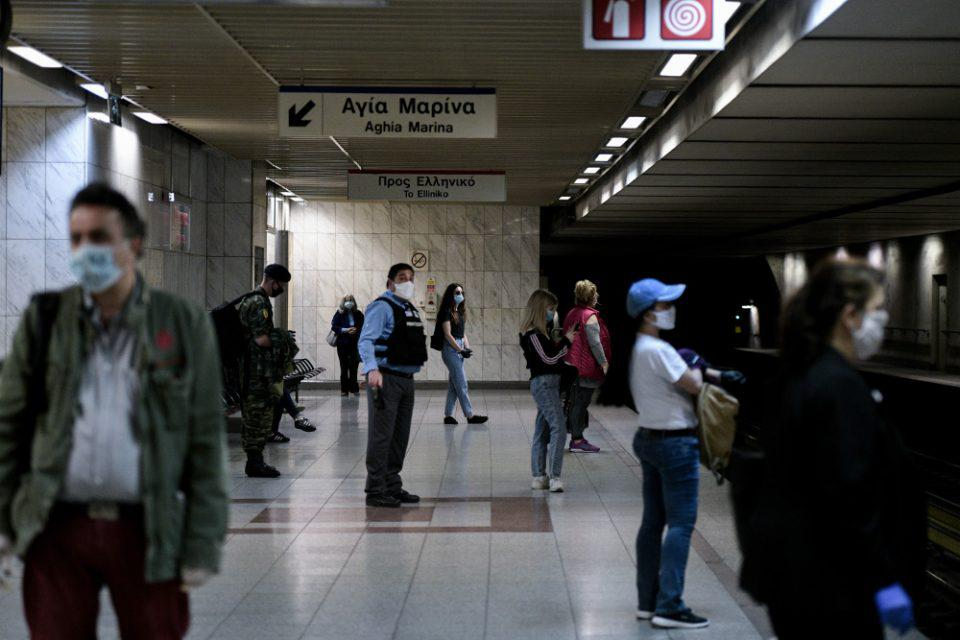 Άρση μέτρων: Με μάσκες και αποστάσεις οι επιβάτες στα ΜΜΜ - Ελεχγοι της ΕΛ.ΑΣ. σε στάσεις λεωφορείων