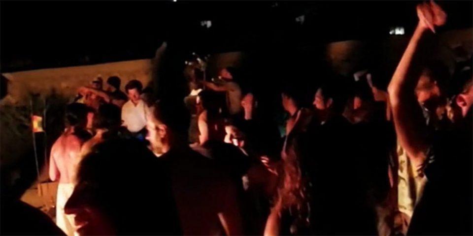 Μύκονος: Έστησαν... πάρτι με φωτιές, ποτά και μουσική σε παραλία!