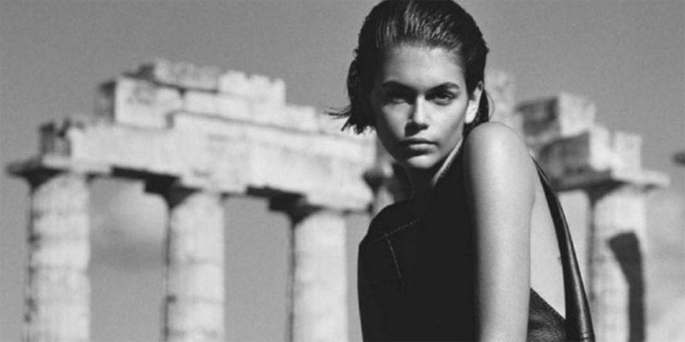 Κάια Γκέρμπερ: Η κόρη της Σίντι Κρόφορντ ποζάρει ως σύγχρονη Ελληνίδα θεά