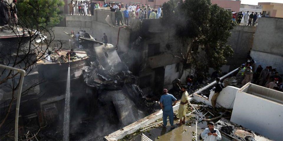 Αεροπορική τραγωδία στο Πακιστάν: Εικόνες χάους και καταστροφής - Φόβοι για πολλούς νεκρούς