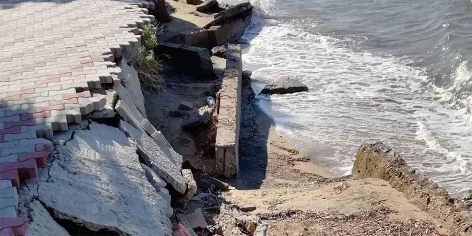 Σε πλήρη αποσάθρωση βρίσκεται ολόκληρο το παραλιακό μέτωπο της Νέας Ηράκλειας στη Χαλκιδική εγκυμονώντας κινδύνους