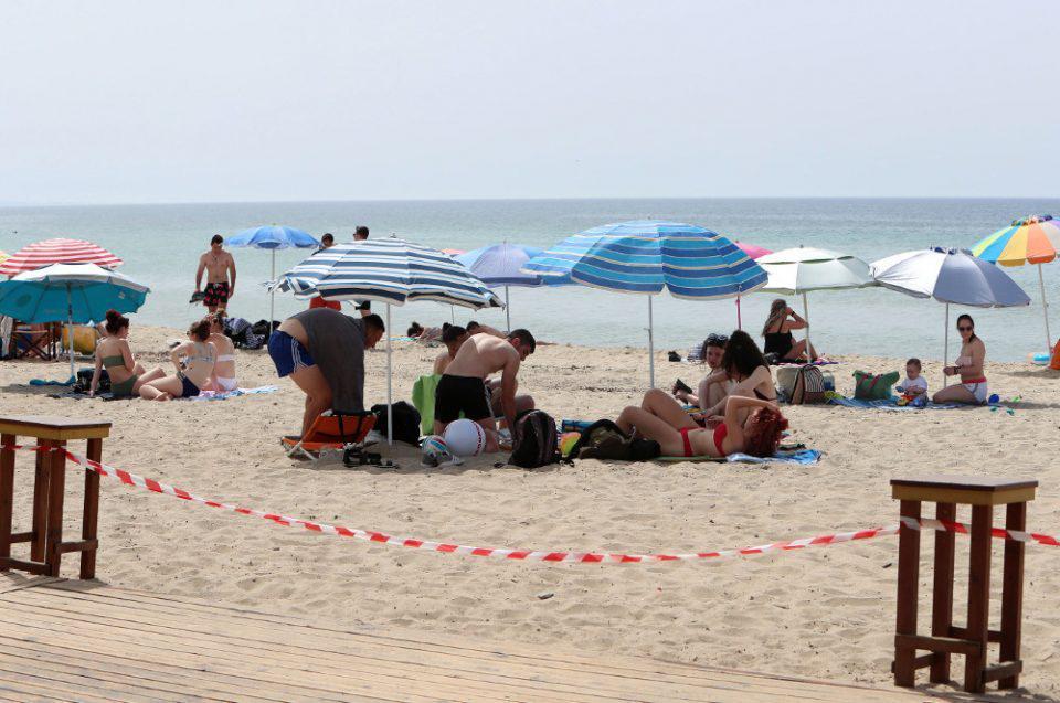 Χανιά: Παραλίες με πολύ κόσμο, αλλά χωρίς ξαπλώστρες και ομπρέλες