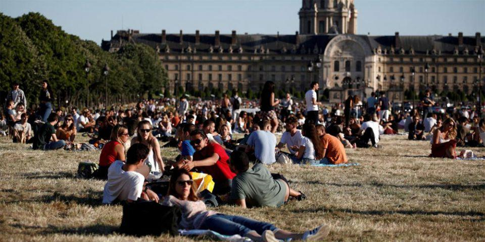 Κορωνοϊός: «Επιτέλους ελευθερία!», αναφωνούν οι Παριζιάνοι και ξεχύνονται στα πάρκα