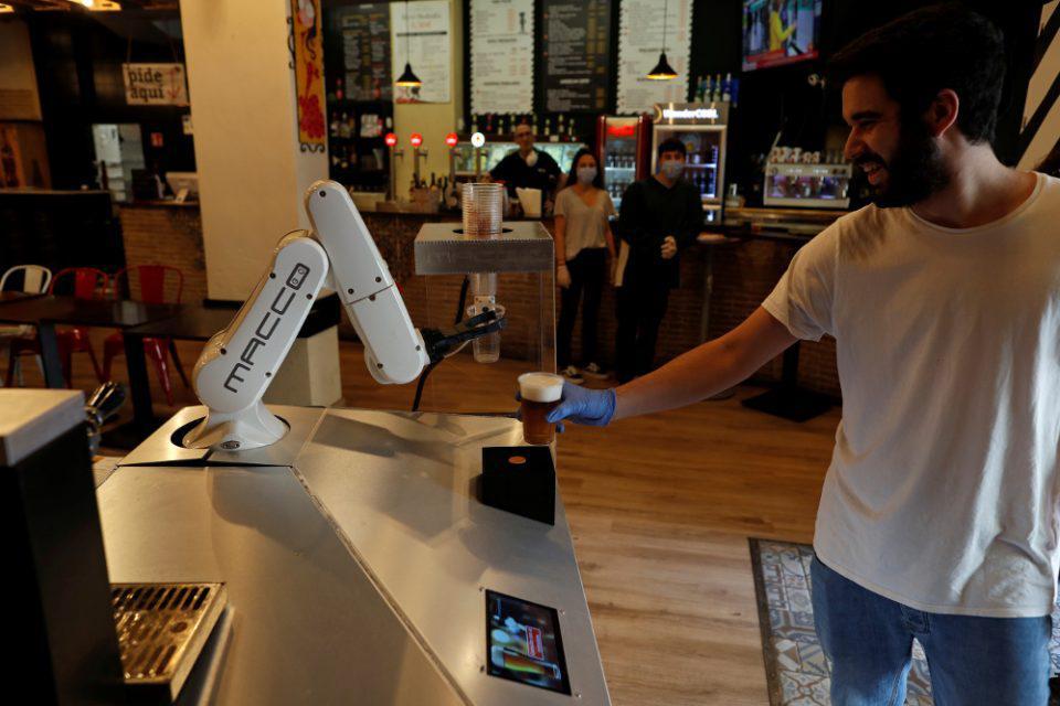 Ρομπότ σερβίρει μπίρες «από απόσταση» σε μπαρ της Σεβίλης