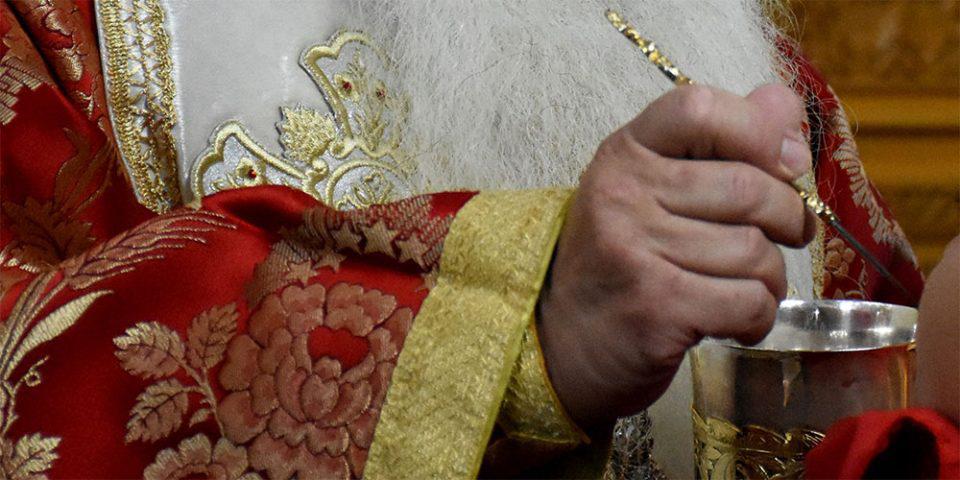 Αργοστόλι: Ιερέας κοινωνούσε πιστούς και δέχθηκε πρόστιμο 1500 ευρώ - Κάνει έρανο για να μαζέψει το ποσό