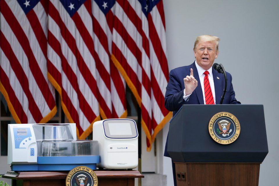 Επικίνδυνες οι συμβουλές Τραμπ: Σχεδόν το 40% στις ΗΠΑ πλένουν τα τρόφιμα με χλωρίνη ή καταπίνουν καθαριστικά
