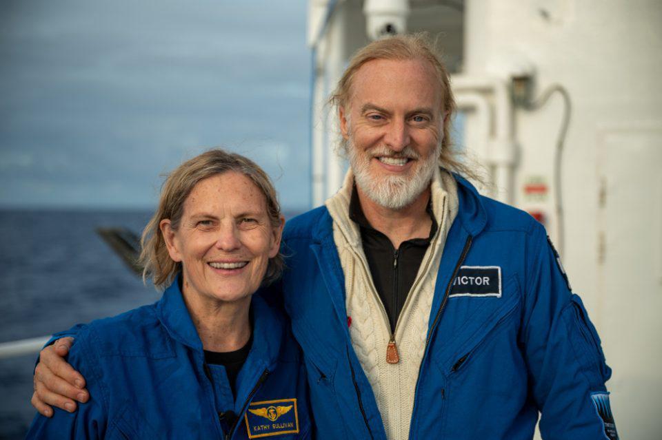 Η πρώτη που «περπάτησε» στο διάστημα, έφθασε στο βαθύτερο σημείο των ωκεανών
