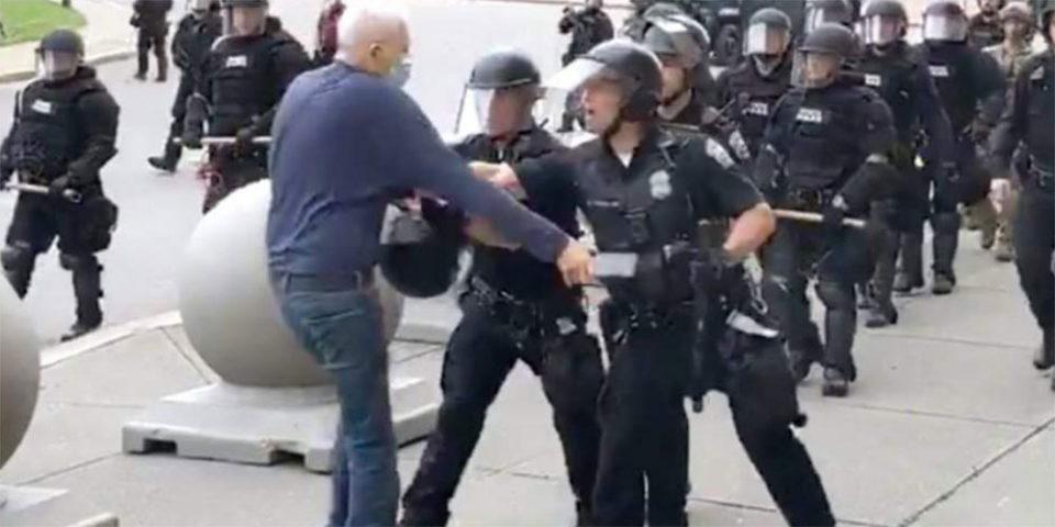 Δεν έχει τέλος η βία στις ΗΠΑ: Αστυνομικοί σπρώχνουν 75χρονο και τον αφήνουν να αιμορραγεί στο πεζοδρόμιο
