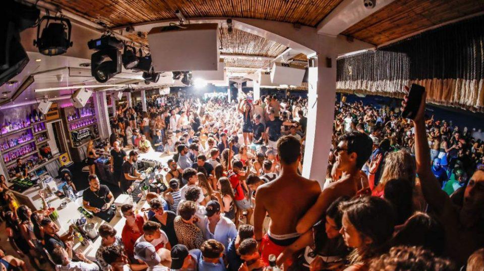 Κορωνοϊός: Στη Μύκονο ο Χρυσοχοΐδης - Σειρά συσκέψεων για τους ελέγχους στα beach bars και τα πάρτι σε βίλες