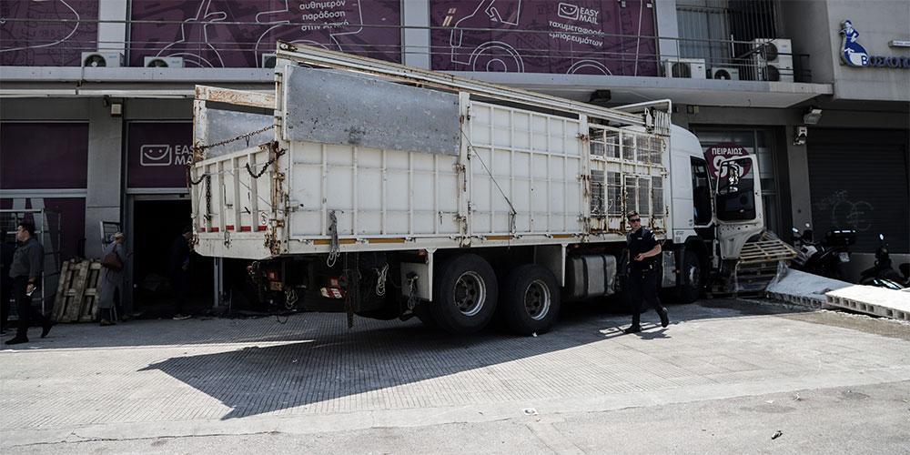 Οι πρώτες εικόνες από την «εισβολή» φορτηγού σε κατάστημα στην Πειραιώς