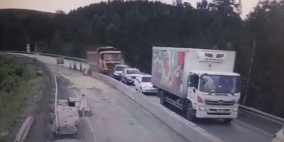 Βίντεο - σοκ από τροχαίο στη Ρωσία - Φορτηγό παρέσυρε πέντε οχήματα