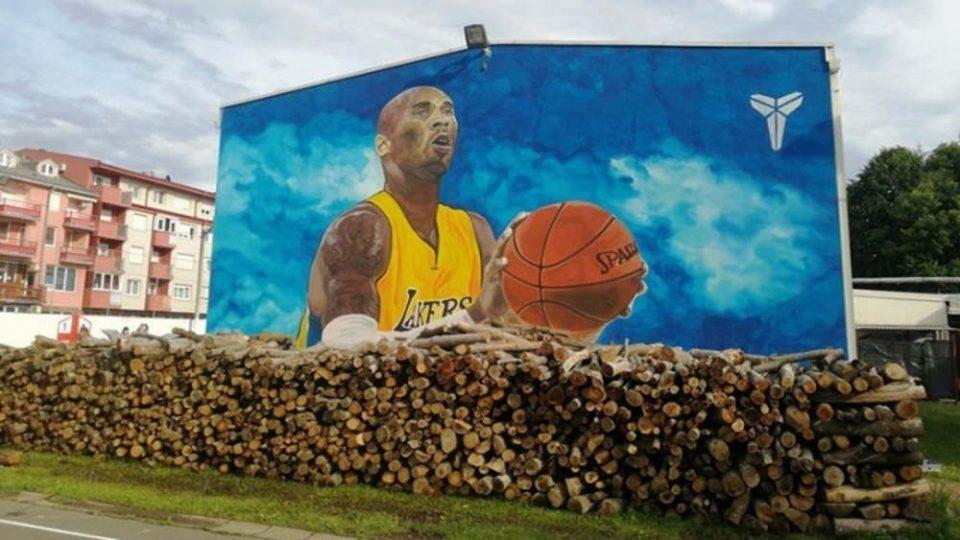 Τεράστια τοιχογραφία σε τοίχο σχολείου της Βοσνίας αφιερωμένη στον Κόμπι Μπράιαντ