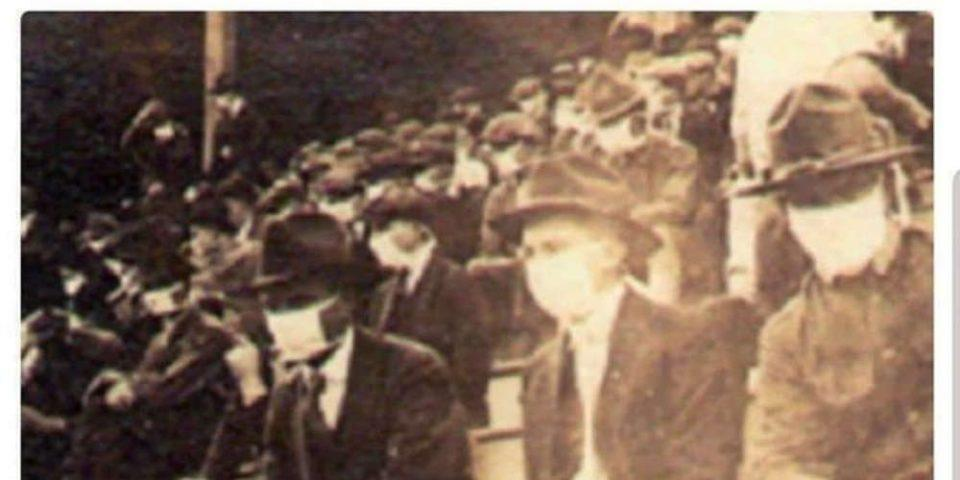 Ιστορική φωτογραφία: Θεατές φορούν μάσκες σε ποδοσφαιρικό αγώνα λόγω της πανδημίας του 1918