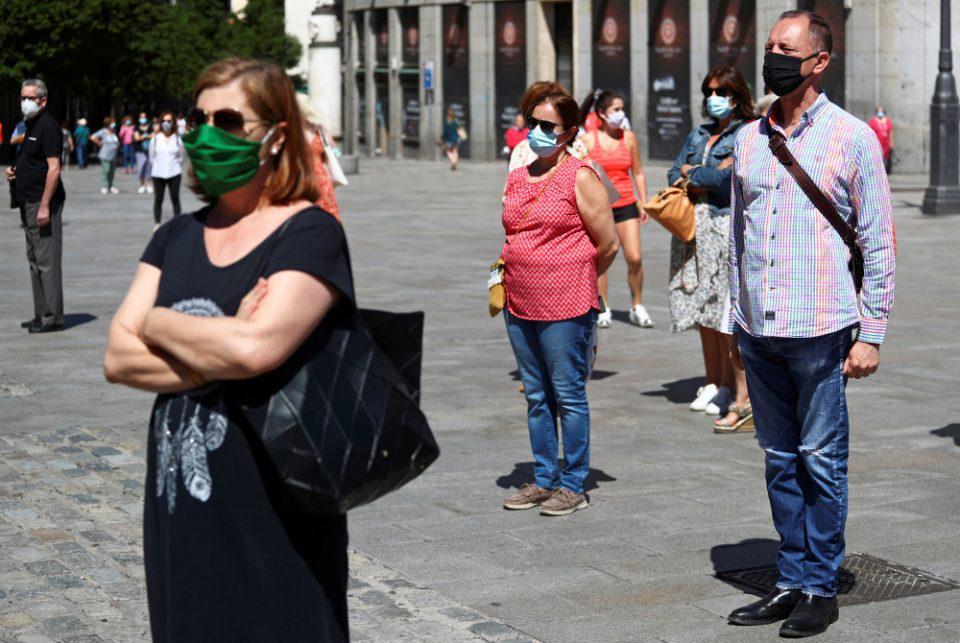 Νέες οδηγίες από τον ΠΟΥ - Συνιστά τη χρήση μάσκας σε δημόσιους χώρους