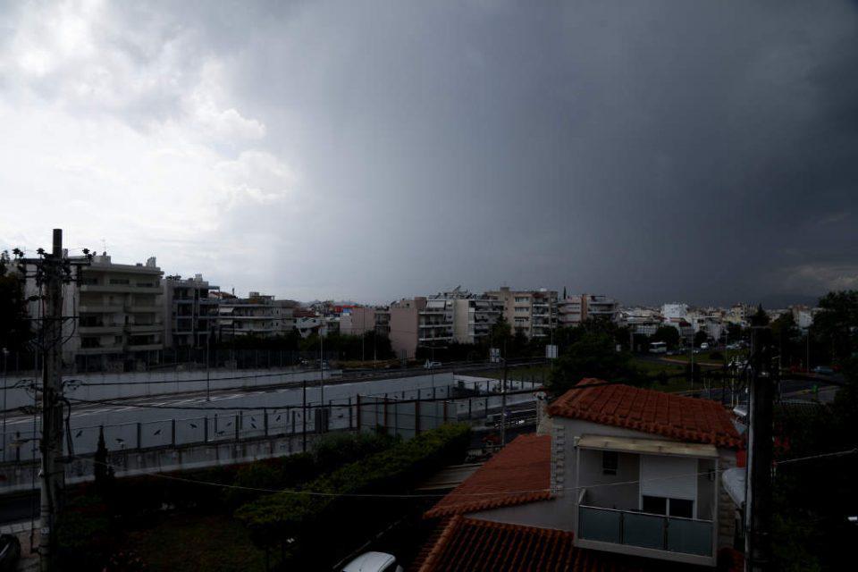 Καιρός: Καταιγιδοφόρο νέφος ύψους 10 χλμ έπληξε την Αττική - Τι θα γίνει την Τρίτη