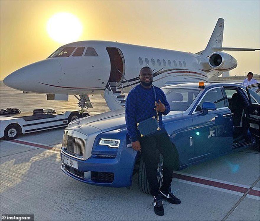 «Μάστερ» στην… απάτη: Νιγηριανός influencer άνοιγε σαμπάνιες στη Σαντορίνη και έκλεψε 350 εκατ. λίρες [εικόνες]