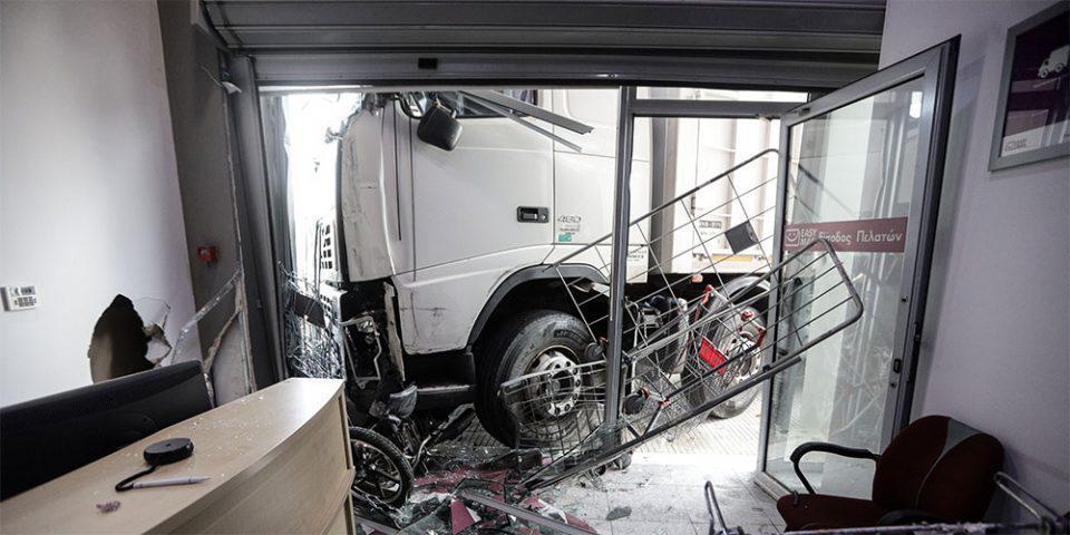 Πειραιώς: Βίντεο σοκ από τη στιγμή που το φορτηγό καρφώθηκε στο κατάστημα