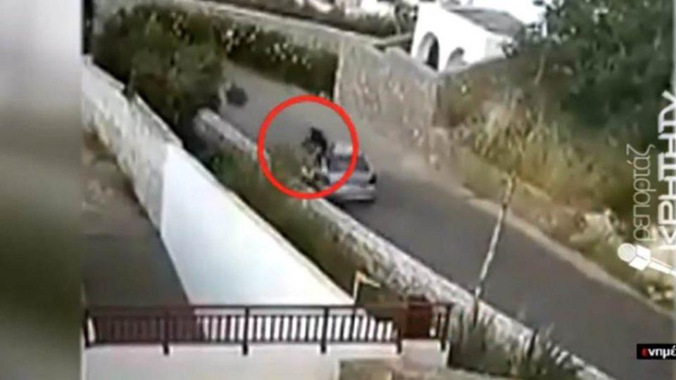 Βίντεο-σοκ: Η στιγμή που αυτοκίνητο «θερίζει» οδηγό μηχανής στην Κρήτη