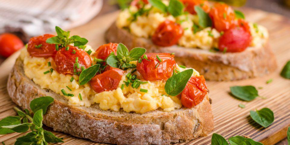 H συνταγή της ημέρας: Στραπατσάδα με ντοματίνια